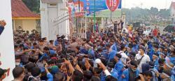 Demo Mahasiswa UIN  Suska Berakhir Ricuh, Lemas Terkurung, Kasat Sabhara Terpaksa Dievakuasi