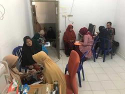 Deteksi Dini Gangguan Kesehatan Mata, dan Pemberian Kacamata di Posyandu Lansia Kecamatan Rumbio Jaya