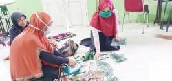 Perempuan Desa Gambut Produksi 12.500 Masker
