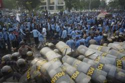 Demo Rusuh, Aparat Kepolisian Semprotkan Water Canon