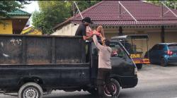 Polsek Limapuluh Bagikan Nasi Bungkus pada Pengguna Jalan