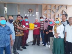 PWI Peduli Riau dan SPS Riau Berikan Bantuan Sembako 100 Wartawan