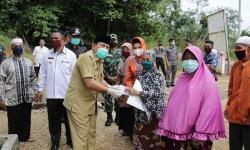 Bupati Serahkan BLT DD di Kecamatan Rambah Samo