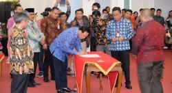 Kanwil DJP Riau Bersama Kepala Daerah Teken MoU