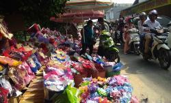 Penjual Hadiah Wisuda Padati Jalan Buluh Cina