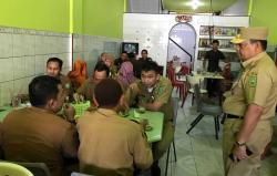 Pejabat di Warung Kopi saat Jam Kerja 508 ASN Tak Hadir Apel Perdana