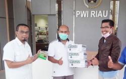 Peduli Wartawan, PGN Serahkan Masker ke PWI Riau