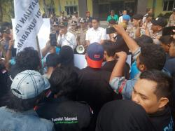 Tuntut Naker Lokal , KNPI Perawang Demo Kantor Camat