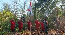 Petugas Pemadam Karhutla Lakukan Upacara Bendera di Semak Belukar