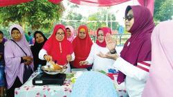 Warga Okura Diajarkan Masak Mi Sagu