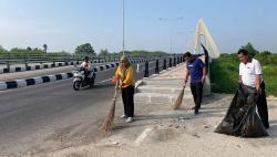 Camat Rumbai Pesisir Pimpin Aksi Bersih Jalan Sudirman