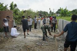 Warga dan Pemilik Lahan Bongkar Beton Penutup Jalan Umum