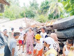 Truk Batu Bara Seruduk Rumah, Sopir Dilarikan ke Rumah Sakit