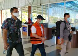 Amril Mukminin Tiba di Pekanbaru dengan Tangan Terborgol