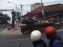 Tank TNI AD Senggol Gerobak Pedagang dan Motor