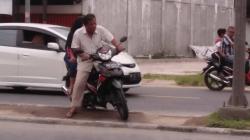 Berbahaya, Pemotor Nekat Lintasi Median Jalan