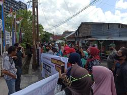 Tuntut Lurah Padang Terubuk Mundur, Puluhan Warga Lakukan Aksi Unjuk Rasa