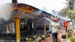 Rumah Terbakar, Pemilik Dilarikan ke Rumah Sakit