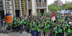 Ratusan Driver Gojek Orasi di DPRD Pekanbaru
