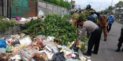 Di Panam, Polisi Bersama Upika Tampan Swadaya Bersihkan Sampah