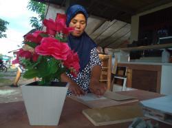 Olah Triplek Bekas Jadi Pot Bunga Cantik