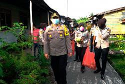 Polwan Polresta Berbagi Tali Asih di Kampung Terendam