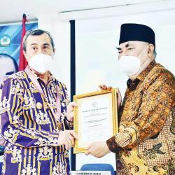 Dinilai Berintegritas dan Kapabilitas Baik, Gubri Terima Penghargaan PWRI