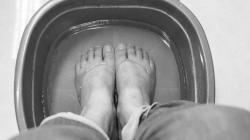 Ini Manfaat yang Didapat Merendam kaki dengan Air Garam