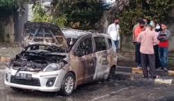 Ditinggal Pemilik, Sebuah Mobil Minibus Terbakar di Area Parkir
