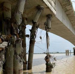 Jembatan Padamaran Rusak Ditabrak Ponton, Kendaraan Melintas Dibatasi