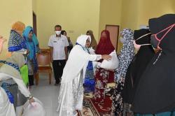 Muslimawati Serahkan Bantuan di Gunung Sahilan