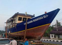 Terhambat Kabel dan Pohon, Kapal Hibah Kementerian Tertahan di Kuok