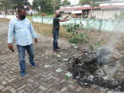 Mengaku Polisi, Motor Penjambret Dibakar