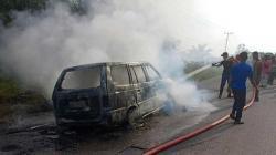 Minibus Pengangkut BBM dengan Jeriken Terbakar di Rohul