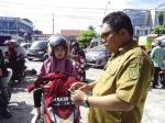 Seorang Ibu Menangis saat STNK dan Kunci Kontak Ditahan
