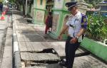 Trotoar Berlubang Bahayakan Pejalan Kaki