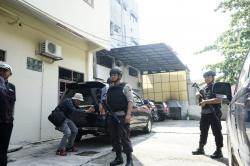 KPK Geledah Rumah Warga Tanjung Uban