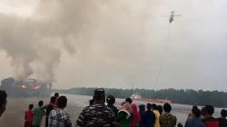 Dua Helikopter Padamkan Tongkang Terbakar
