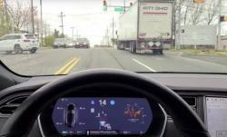 Mobil Tesla Otomatis Berhenti di Lampu Merah