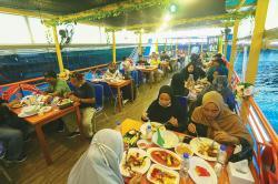 Sambil Makan, Susuri Sungai Siak