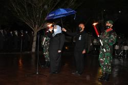 Diguyur Hujan, Bupati Pimpin Apel Kehormatan dan Renungan Suci