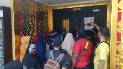 Ricuh, Massa Ibu-ibu GedorPintu Ruang Rapat Paripurna DPRD
