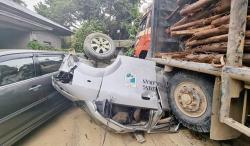 Ambulans dan Dua Mobil Ringsek Ditabrak Truk Balak