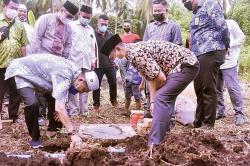 Wabup Inhil Letakkan Batu Pertama Pembangunan Ponpes