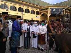 Wako Pekanbaru Serahkan 43 Ekor Hewan Kurban di Masjid Ar Rahman