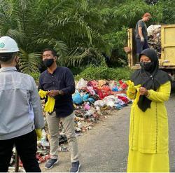 Camat Tenayan Raya Turun Bersihkan Sampah
