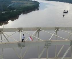 Aksi Ciko Kibarkan Bendera di Atas Jembatan Teluk Masjid Siak Viral