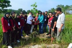 Bank Panin dan Mahasiswa UIN Tanam Pohon di Pandau Jaya