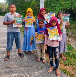 Anak-Anak Terima Bantuan Buku Modul Gratis