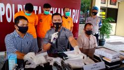 Bawa Sabu Dalam Sepatu, Tiga Pengedar Diamankan di Bandara SSK II